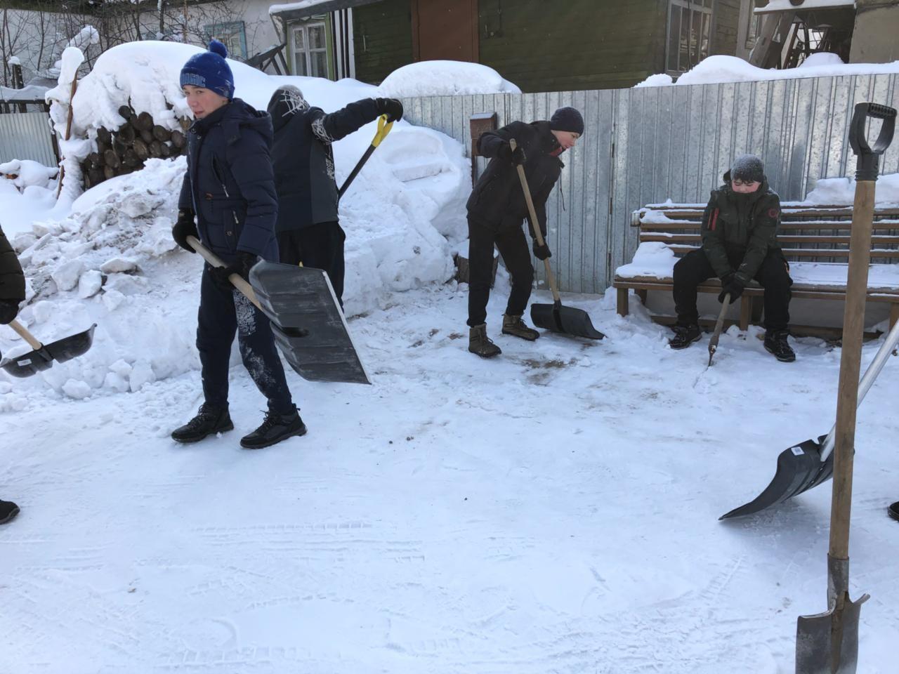 Уборка дворов одиноких пенсионеров от снега (7 класс)