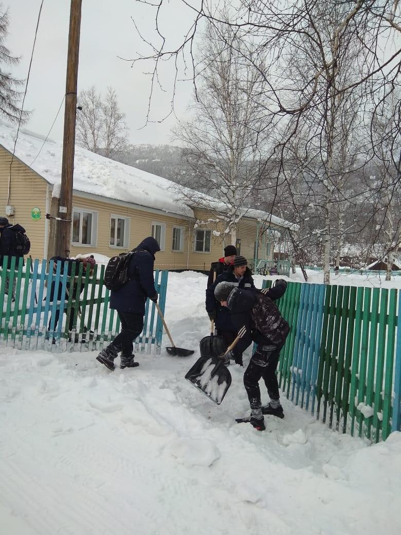 Уборка снега на территории детского сада «Буратино» (9 класс)